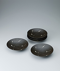 写真:Set of dishes with black slip and ridge design.