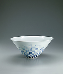 写真:Large bowl with underglaze blue design.