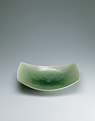 写真:Square bowl with celadon glaze and hydrangea design.