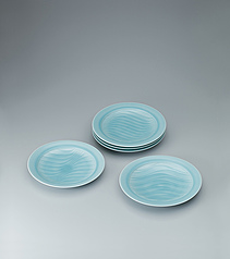 写真:Set of white porcelain dishes with pale blue glaze.