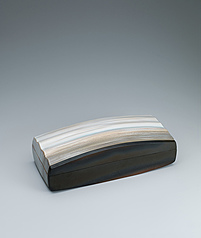 写真:Rectangular box with white glaze, fire marks and wave design.