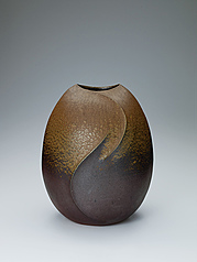 写真:Bizen flattened jar with ridged line design.