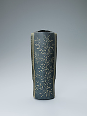 写真:Flower vessel with grass design in colored slip.