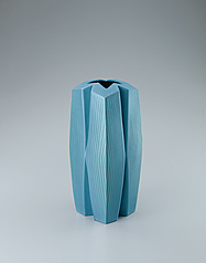 写真:Square pillar-shaped jar with geometrical design in brilliant colors.