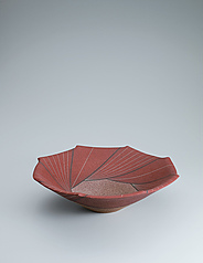 写真:Bowl with sprayed colored slip and geometrical design.
