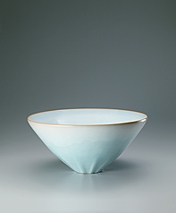 写真:Bowl with pale blue glaze.