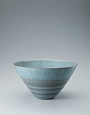 写真:Bowl with celadon glaze with cracks and carved circle design.
