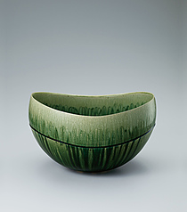 写真:Flower vessel with green glaze.