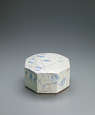 写真:Octagonal box with bellflower design in chalk drawing.