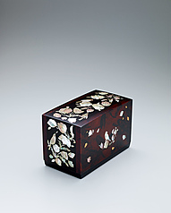 写真:Box with flower and bird design in mother-of-pearl inlay.