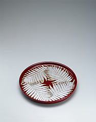 写真:Food vessel with fern design in makie.