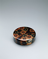 "写真:Circular box of kanshitsu with design in makie. ""Cosmos"""