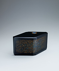 "写真:Box with design in makie. ""Sound of waves"""