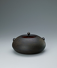写真:Tea ceremony kettle of yahazu type with ripple design.