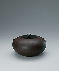 写真:Tea ceremony kettle of hiramaru type with kantsuki in shape of double gingko leaf crest.