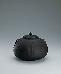 写真:Tea ceremony kettle with sloping shoulder and design made by secondary lathing.