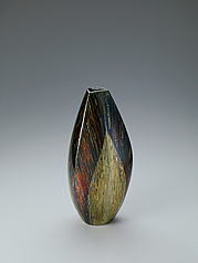 写真:Flower vessel of marbled metal.