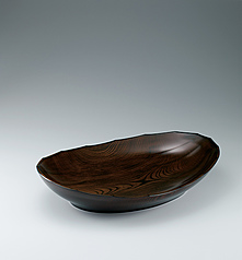 "写真:Food vessel of zelkova wood finished in wiped urushi. ""Rapids"""