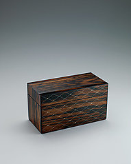 写真:Box of black persimmon wood with inlay decoration finished in wiped urushi.