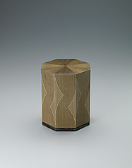 写真:Octagonal box of jindai zelkova wood with line inlay decoration.