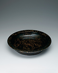 写真:Bowl of horse chestnut wood finished in wiped urushi.