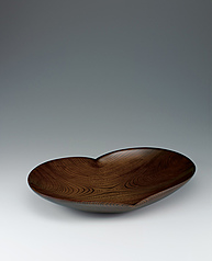 写真:Oval dish of zelkova wood finished in wiped urushi.