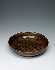 写真:Food vessel of zelkova wood finished in wiped urushi.
