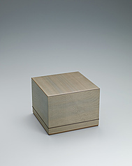 写真:Tiered box of jindai cedar wood with straight grain inlaid with flat grain wood.