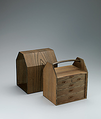 写真:Portable box of drawers made of jindai zelkova wood with outer case open at both ends.