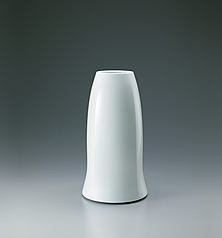 写真:Faceted white porcelain jar.