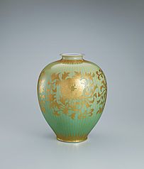 写真:Jar with peony scroll design in underglaze gold.