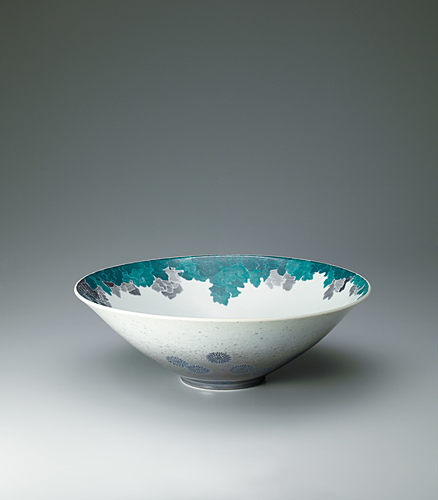image Bowl with chrysanthemum design in overglaze enamel and sprayed underglaze black ink, and in sumi-hajiki and sekka.