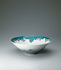 写真:Bowl with chrysanthemum design in overglaze enamel and sprayed underglaze black ink, and in sumi-hajiki and sekka.