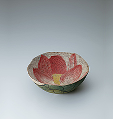 写真:Bowl with lotus flower design in fabric texture style.