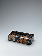 写真:Rectangular box with small bird and chrysanthemum thicket design in makie.