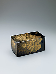 写真:Box with design with peony design in chinkin.
