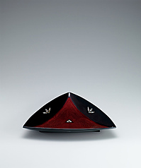 写真:Triangular food vessel with mother-of-pearl inlay.