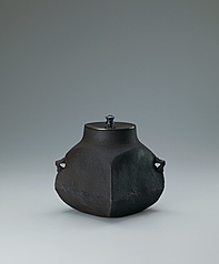 "写真:Square tea ceremony kettle of ""crane neck"" type."