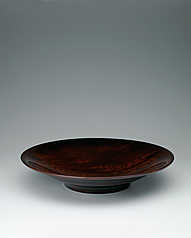 写真:Food vessel of zelkova wood with distinct grain pattern.