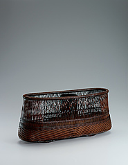 "写真:Flower basket of hirawari bamboo splits with twist design and suri-urushi. ""Kagerō in'ei"""