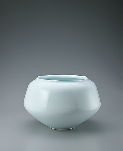 写真:White porcelain octagonal jar with wide mouth.