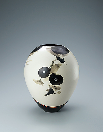 写真:Jar with bird design in black painting.
