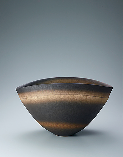 写真:Deep bowl with layered glaze.