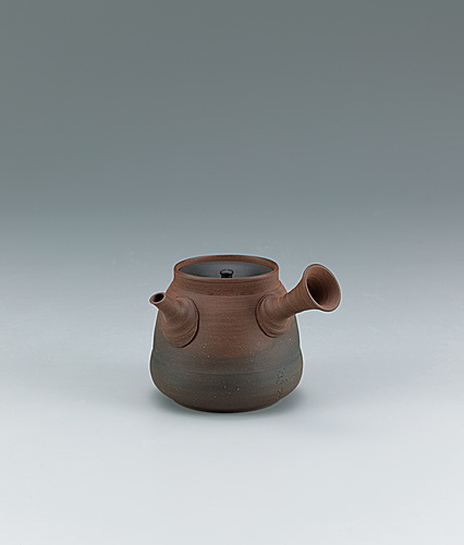 写真:Tokoname teapot of pear skin clay with kiln mutation effects.