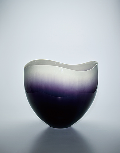 写真:Vessel with colored glaze decoration.