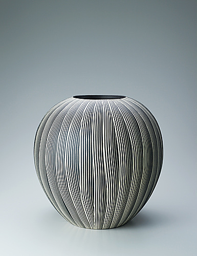 写真:Jar with earthen glaze and waterfall design.