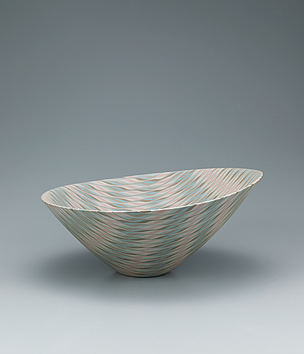 写真:Marbled bowl in irregular shape with sasa bamboo leaf design.