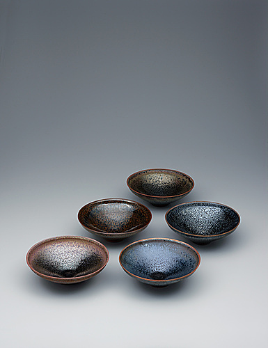 写真:Set of bowls with tenmoku glaze in five hues.