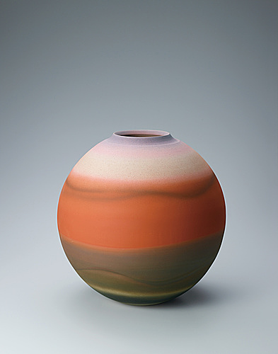 写真:High fired jar with kiln mutation effects.