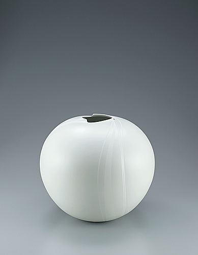 写真:White porcelain jar with silky white decoration.
